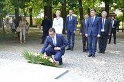 Premier Mateusz Morawiecki składa wieniec pod Pomnikiem Ofiar Zbrodni Katyńskiej - Premier Mateusz Morawiecki składa wieniec pod Pomnikiem Ofiar Zbrodni Katyńskiej