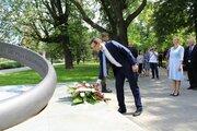 Premier RP składa wieniec pod Pomnikiem Rotmistrza Witolda Pileckiego - Premier RP składa wieniec pod Pomnikiem Rotmistrza Witolda Pileckiego