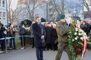 Premier Mateusz Morawiecki składa kwiaty - Premier Mateusz Morawiecki składa kwiaty